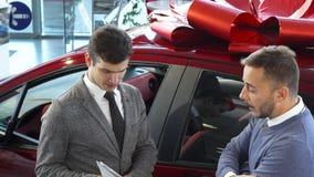 El comprador alegre y el vendedor para discutir los detalles del contrato almacen de metraje de vídeo