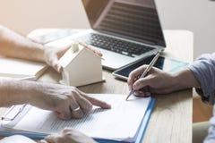 El comprador de vivienda es firma el contrato fotografía de archivo libre de regalías