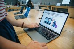 El comprador elige comprar nuevo MacBook en la tienda oficial de Apple en Berlín imagenes de archivo