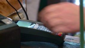 El comprador paga la compra en la tienda almacen de video