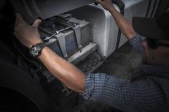 El comprobar la batería del camión imágenes de archivo libres de regalías