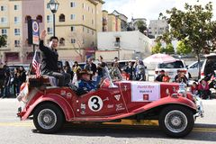El concejal David Ryu monta en el desfile chino del Año Nuevo de Los Angeles foto de archivo libre de regalías