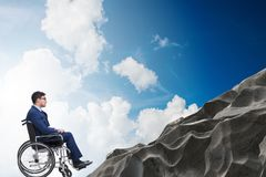 El concepth de la accesibilidad con la silla de ruedas para los minusválidos imágenes de archivo libres de regalías