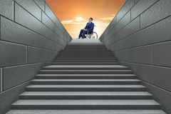 El concepth de la accesibilidad con la silla de ruedas para los minusválidos fotografía de archivo libre de regalías