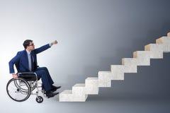 El concepth de la accesibilidad con la silla de ruedas para los minusválidos fotos de archivo