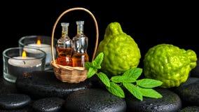 El concepto aromático del balneario de bergamota da fruto, menta fresca, velas Imágenes de archivo libres de regalías