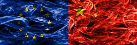 El concepto colorido de la unión y de China de Europa fuma las banderas colocadas de lado a lado libre illustration