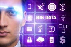 El concepto computacional moderno de los datos grandes con el hombre de negocios imágenes de archivo libres de regalías