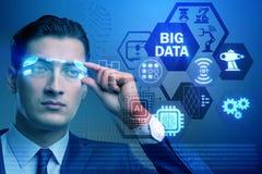 El concepto computacional moderno de los datos grandes con el hombre de negocios imagen de archivo libre de regalías