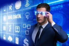 El concepto computacional moderno de los datos grandes con el hombre de negocios fotografía de archivo libre de regalías