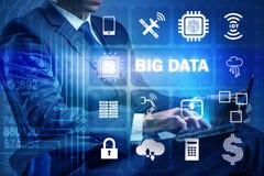 El concepto computacional moderno de los datos grandes con el hombre de negocios fotografía de archivo