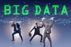 El concepto computacional moderno de los datos grandes con el hombre de negocios favorable foto de archivo libre de regalías