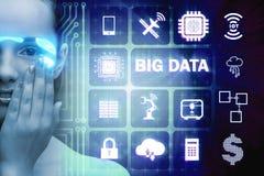 El concepto computacional moderno de los datos grandes con la mujer imagen de archivo libre de regalías