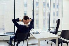 El concepto de éxito empresarial es vacaciones ideales se relaja Joven imagen de archivo