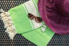 El concepto de accesorios del verano de la endecha del plano Imagen de archivo libre de regalías