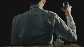 El concepto de alcohólico anónimo y de alcoholismo o el desorden del uso del alcohol, hombre se sienta con el suyo de nuevo a la  metrajes