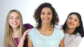 El concepto de amigos multiculturales almacen de metraje de vídeo