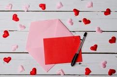 El concepto de amor, de un trozo de papel y de un sobre en un woode Fotografía de archivo libre de regalías