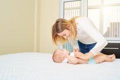 El concepto de amor, familia, cuidado de niños de los padres Di de la mamá Imagen de archivo libre de regalías