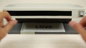 El concepto de amor y de odio Un detector con la luz ultravioleta cambia el amor de la palabra al odio metrajes