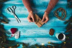 El concepto de artículos de la Navidad en un azul wodden la tabla Imagen de archivo