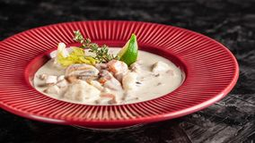 El concepto de cocina americana Sopa de patata de la sopa de almejas con el marisco, mejillones, salmones Sopa del caldo de los p imágenes de archivo libres de regalías
