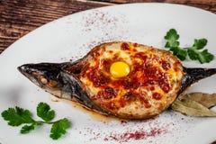El concepto de cocina georgiana Caballa cocida Adzhar de los pescados Platos de porción en el restaurante georgiano en una placa  foto de archivo