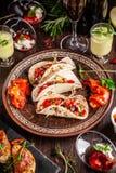 El concepto de cocina mexicana Comida y bocados mexicanos en una tabla de madera Taco, sorbete, tártaro, vidrio y botella de vino foto de archivo libre de regalías
