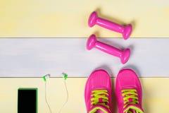 El concepto de cosas para el deporte en un piso amarillo-gris hermoso en el pasillo Imagen de archivo
