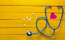 El concepto de cuidado para el corazón Equipo de la cardiología Comprobación del corazón para saber si hay enfermedades Foto de archivo libre de regalías