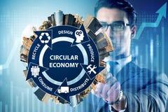 El concepto de economía circular con el hombre de negocios imagen de archivo libre de regalías