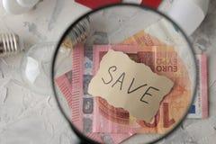El concepto de electricidad del ahorro dinero y diverso primer de los bulbos con la reserva de la inscripción Euro imágenes de archivo libres de regalías