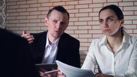 El concepto de entrevista con el candidato y dos del entrevistador almacen de metraje de vídeo