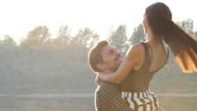 El concepto de familia y de relaciones Pares jovenes en abrazos del amor en la puesta del sol almacen de metraje de vídeo