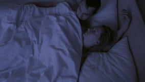 El concepto de insomnio, los lanzamientos de los pares en el suyo duerme, una visión superior almacen de metraje de vídeo