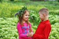 El concepto de la amistad, del muchacho y de la muchacha de los niños en un paseo fotografía de archivo