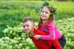 El concepto de la amistad, del muchacho y de la muchacha de los niños en un paseo fotos de archivo
