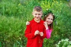 El concepto de la amistad, del muchacho y de la muchacha de los niños en un paseo imagenes de archivo
