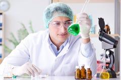 El concepto de la biotecnología con el científico en laboratorio imágenes de archivo libres de regalías