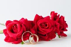 El concepto de la boda con los anillos y las rosas Fotografía de archivo