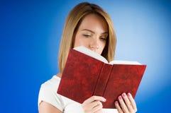 El concepto de la educación con los libros rojos de la cubierta Imagen de archivo libre de regalías