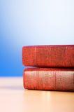 El concepto de la educación con los libros rojos de la cubierta Imagen de archivo