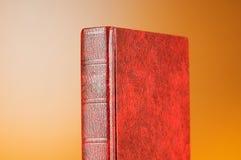 El concepto de la educación con los libros rojos de la cubierta Fotografía de archivo