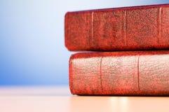 El concepto de la educación con los libros rojos de la cubierta Imagenes de archivo