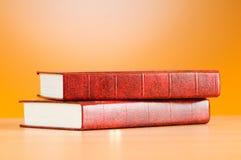 El concepto de la educación con los libros rojos de la cubierta Fotografía de archivo libre de regalías