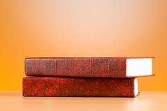 El concepto de la educación con los libros rojos de la cubierta Foto de archivo libre de regalías