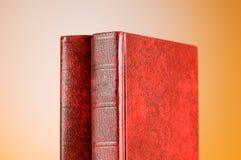 El concepto de la educación con los libros rojos de la cubierta Foto de archivo