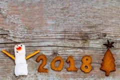 El concepto 2018 de la Feliz Año Nuevo - muñeco de nieve divertido de la melcocha y entumece Imágenes de archivo libres de regalías