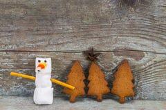 El concepto 2018 de la Feliz Año Nuevo - muñeco de nieve divertido de la melcocha y entumece Fotos de archivo