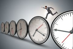El concepto de la gestión del hombre de negocios a tiempo fotografía de archivo libre de regalías